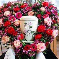 Blumendekoration für Urnenbeisetzung